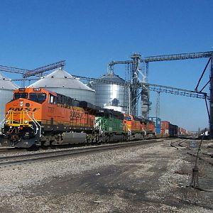 BNSF 7767 heads through Ransom
