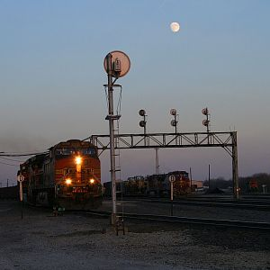 The moon rises over BNSF 5198 and Santa Fe 943 at Eola Yard