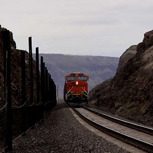 BNSF New C4 GEVO through the Bates rock cut..