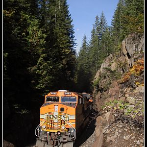 BNSF 4483 through the Bonneville Cut