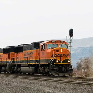 SD-75s at E. Maryhill.jpg