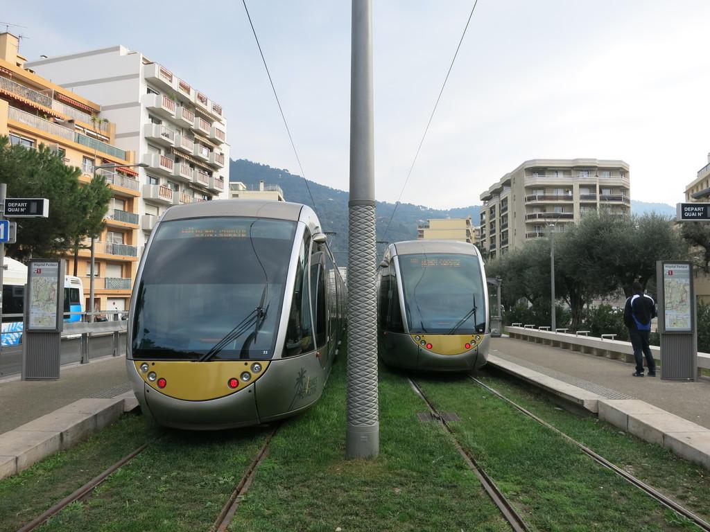 nice_tram_hopitals8y94.jpg