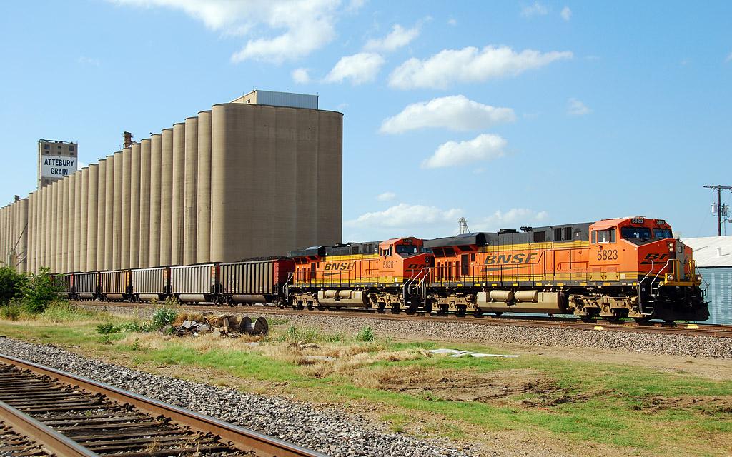 BNSF 5823 ES44AC   RailroadForums com - Railroad Discussion